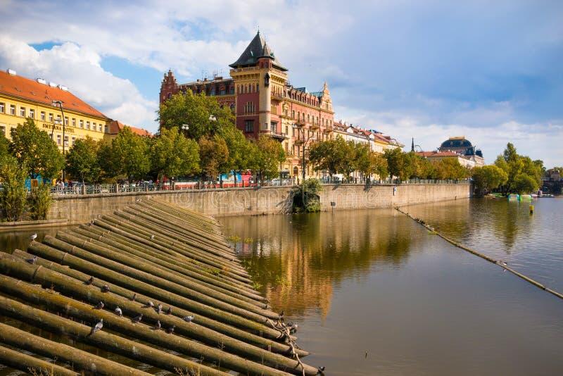 布拉格,捷克共和国- 4 09 2017年:在Smetanovo Nabrezi的大厦伏尔塔瓦河河的,堤防在布拉格 库存照片
