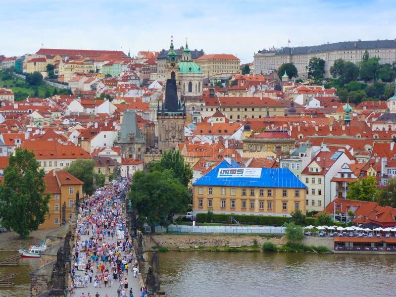 布拉格,捷克共和国- 4 09 2017年:查理大桥和布拉格城堡,从桥梁塔的看法 库存照片