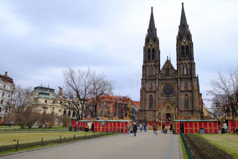 布拉格,捷克共和国2018年3月28日:在和平正方形的复活节庆祝 看法St Ludmila教会 库存图片