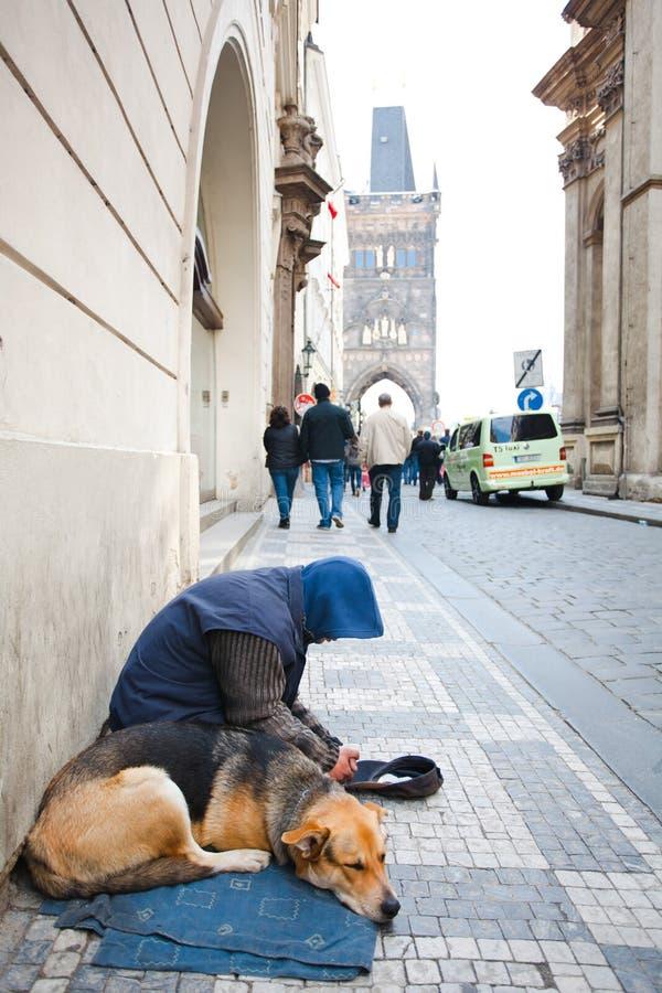 布拉格,捷克,第5 2011年5月:有狗的叫化子 免版税图库摄影
