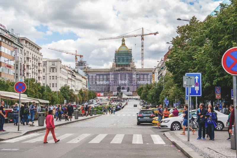 布拉格,捷克,2017年8月12日:布拉格自豪感3月,瓦茨拉夫广场 人们在正方形走在示范以后 免版税图库摄影