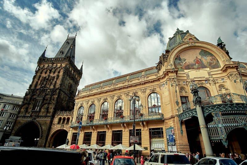 布拉格,捷克, 2017年9月15日:搽粉塔Prasna brana -中世纪哥特式城市门和布拉格歌剧院 图库摄影