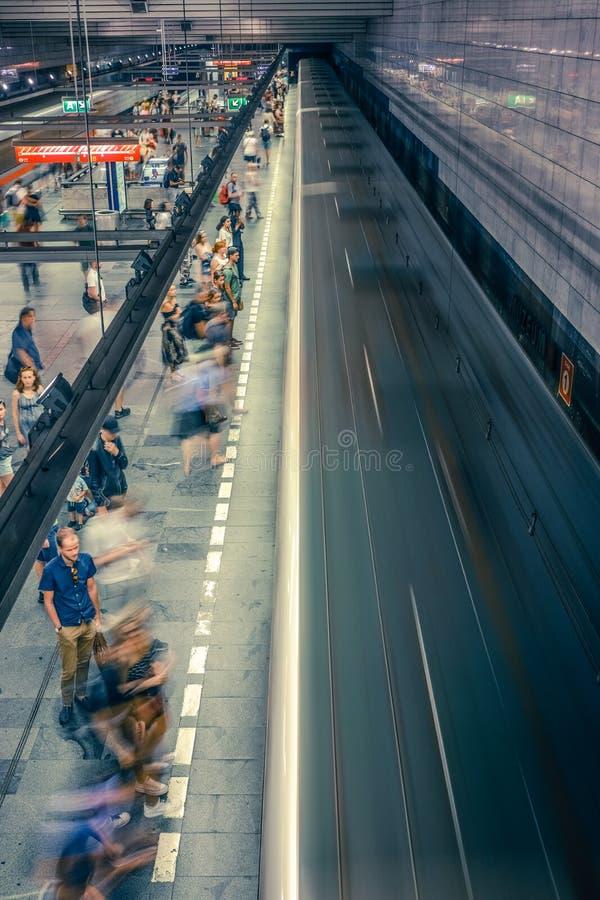 布拉格,捷克,2019年7月23日;地铁车站输入的地铁或走的人们,长的曝光技术为 图库摄影