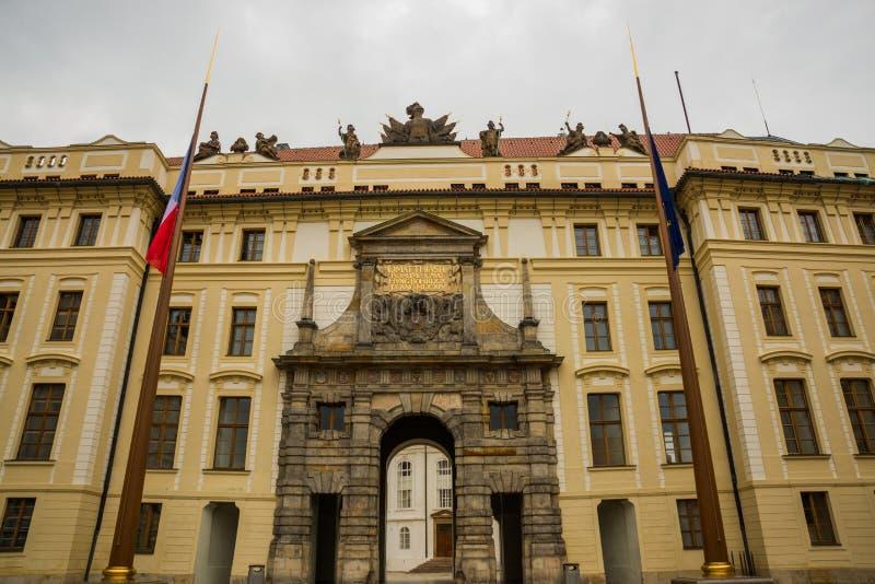 布拉格,捷克:在作战的巨人雕象的卫兵在对第一个庭院的门与Palace大主教的Hrad城堡的 库存图片