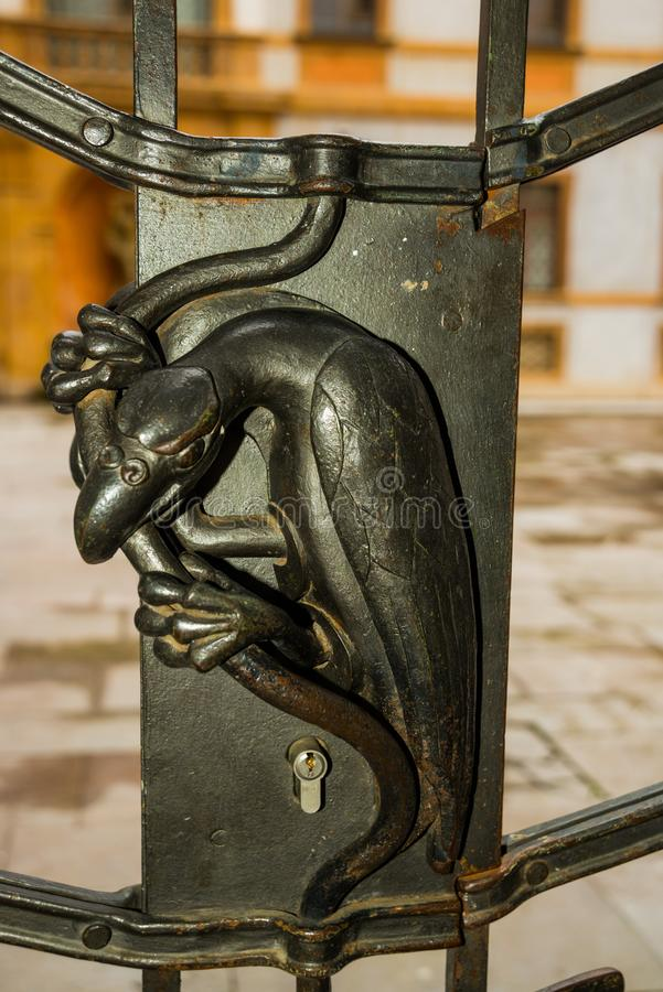 布拉格,捷克:美丽的门 在衣领的金属装饰以鸟乌鸦的形式 布拉格城堡 库存图片