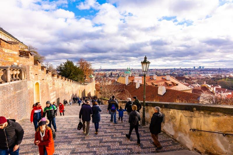 布拉格,捷克- 8 12 2018年:从布拉格城堡台阶看到城市和房子 布拉格都市风景在好日子 游人 免版税库存图片