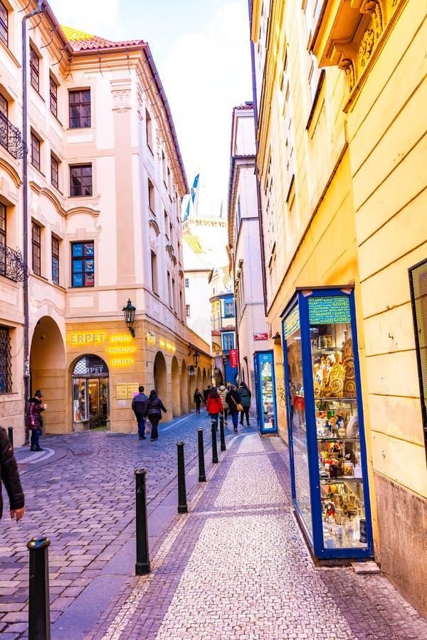 布拉格,捷克- 1 12 2018年:历史走道在布拉格市中心 商店和餐馆在捷克首都的中心 图库摄影