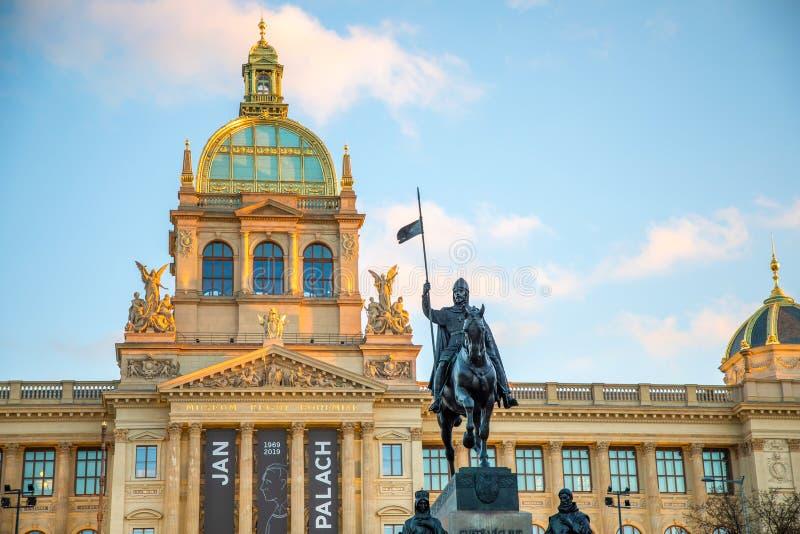 布拉格,捷克- 18 01 2019年:圣文塞斯拉斯和Neorenaissance国家博物馆骑马雕象  免版税库存图片