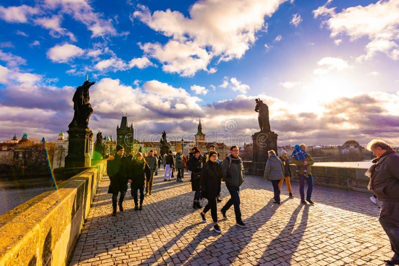 布拉格,捷克- 1 12 2018年:查尔斯桥梁,在伏尔塔瓦河河在布拉格,捷克首都的古老桥梁 旅游是 库存图片