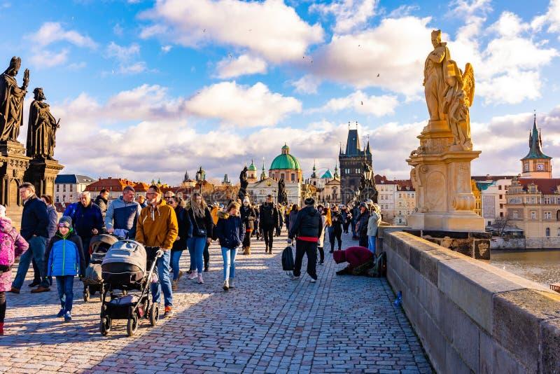 布拉格,捷克- 1 12 2018年:查尔斯桥梁,在伏尔塔瓦河河在布拉格,捷克首都的古老桥梁 旅游是 免版税图库摄影