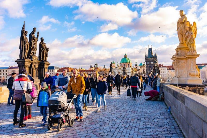 布拉格,捷克- 1 12 2018年:查尔斯桥梁,在伏尔塔瓦河河在布拉格,捷克首都的古老桥梁 旅游是 免版税库存照片
