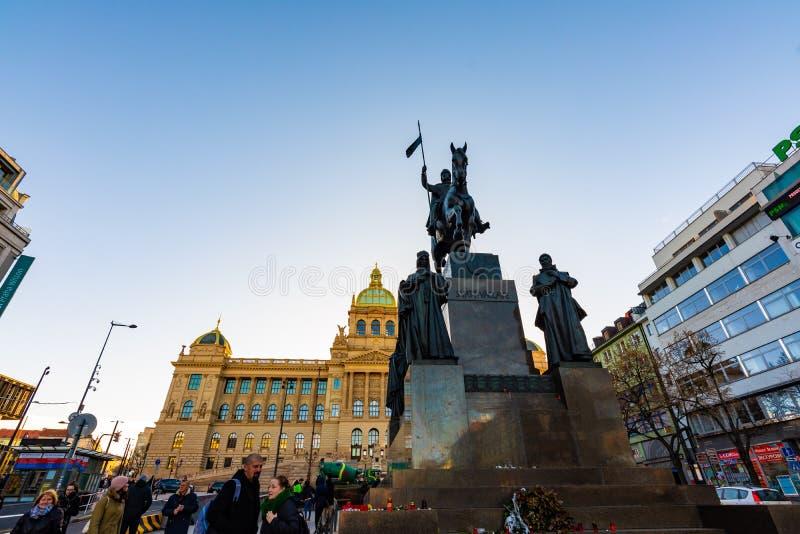 布拉格,捷克- 1 12 2018年:瓦茨拉夫广场Vaclavske namesti在历史国家博物馆附近的捷克雕象 库存照片