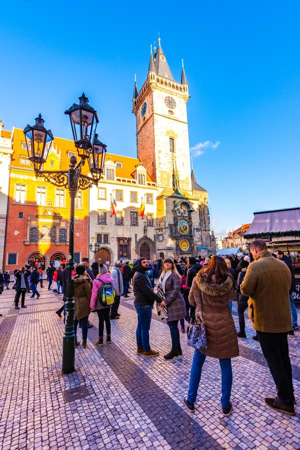 布拉格,捷克- 1 12 2018年:老布拉格镇中心Staromestske namesti在捷克在教会附近讲话与Orloj 免版税库存图片