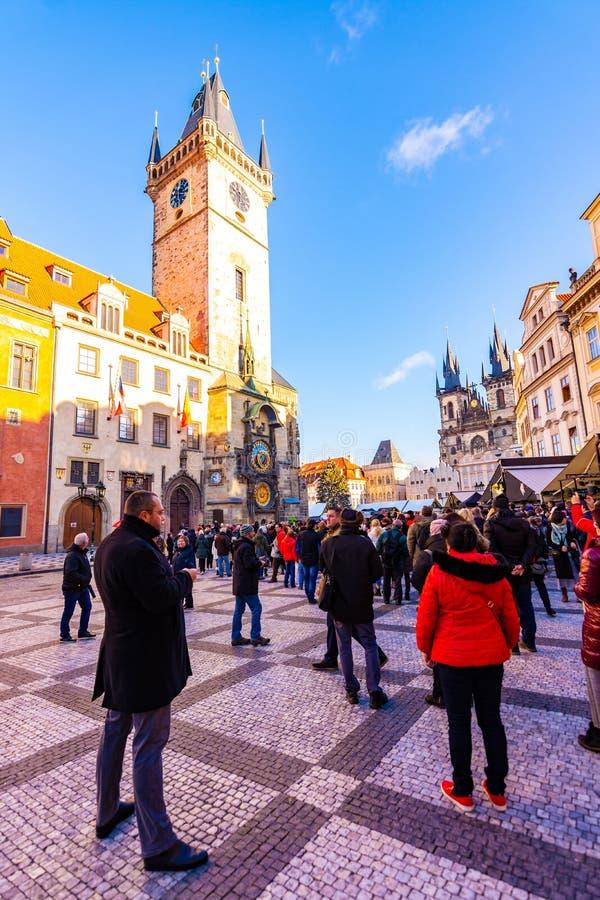 布拉格,捷克- 1 12 2018年:老布拉格镇中心Staromestske namesti在捷克在教会附近讲话与Orloj 库存图片