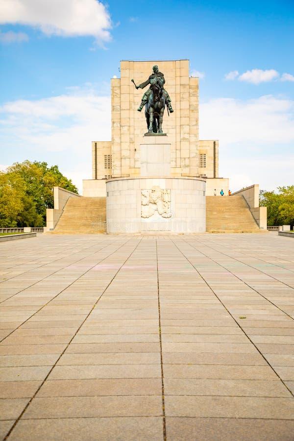 布拉格,捷克- 6 05 2019年:1月Zizka雕象在国家历史文物上面的在维特科夫公园在Zizkov区 免版税库存照片