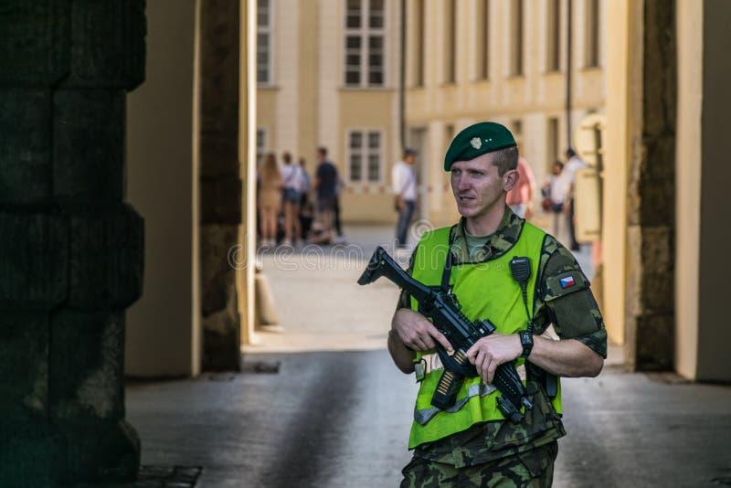 布拉格,捷克- 2019年9月,18日:主要门户的布拉格城堡保安当班外部一 免版税库存照片