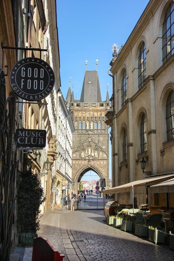 布拉格,捷克- 2016年5月:从奥尔德敦桥梁塔的卡尔洛娃街道的看法叫Staromestska 库存照片