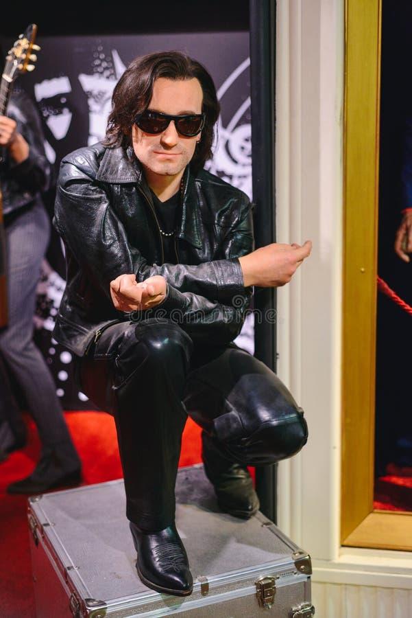 布拉格,捷克- 2017年5月:在捷克Republ的蜡雕象博物馆给音乐家打蜡,小组U2博诺的独奏者雕象  库存图片