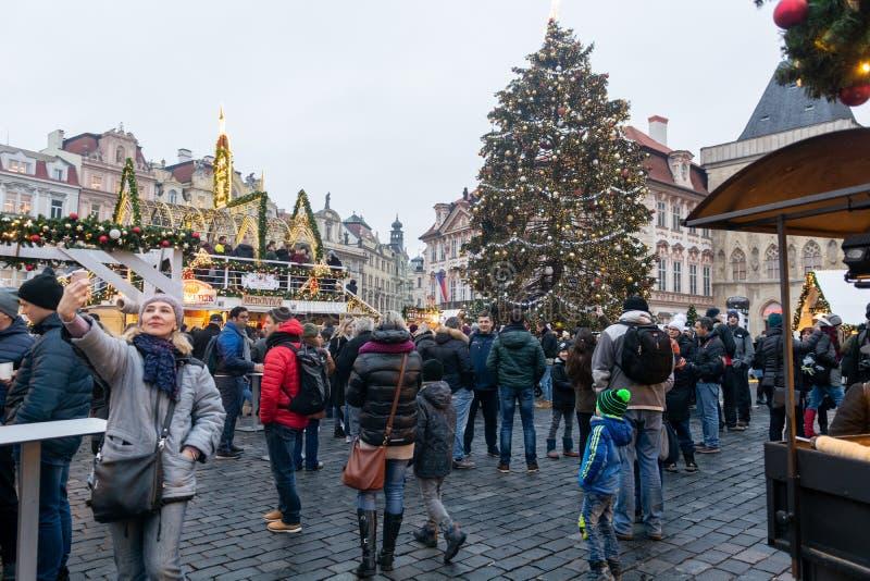 布拉格,捷克- 2018年12月:在老城广场的圣诞节市场有哥特式泰恩河大教堂的 免版税库存照片
