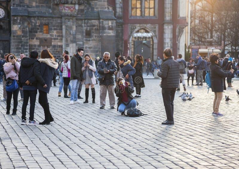 布拉格,捷克- 2017年3月15日:为著名中世纪天文学时钟照相的游人在布拉格 免版税库存图片