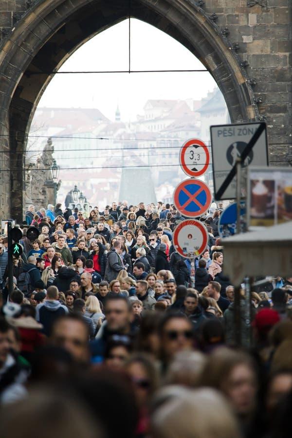 布拉格,捷克- 2018年3月10日:人人群查尔斯桥梁的 免版税库存图片