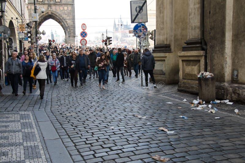 布拉格,捷克- 2018年3月10日:人人群老拖曳的 免版税图库摄影