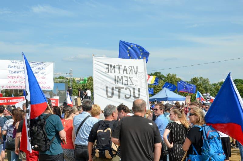 布拉格,捷克- 2019年6月23日:人抗议人群反对总理巴比什和司法部长的在Letna的, 免版税图库摄影