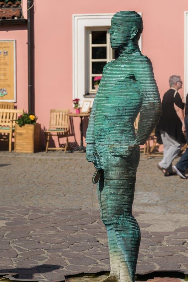 布拉格,捷克- 2019年9月10日:在布拉格市小便雕象和喷泉在捷克地图  库存图片