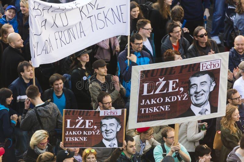 布拉格,捷克- 2017年5月15日:在布拉格瓦茨拉夫广场的示范反对当前政府和Babis 库存图片