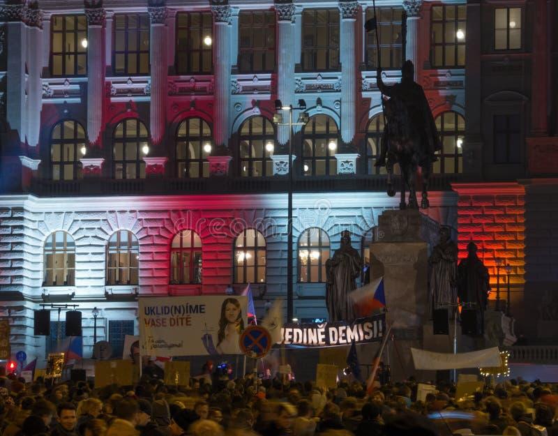 布拉格,捷克- 2018年11月15日:在瓦茨拉夫广场上,上千群众会集了要求辞职头等 库存照片