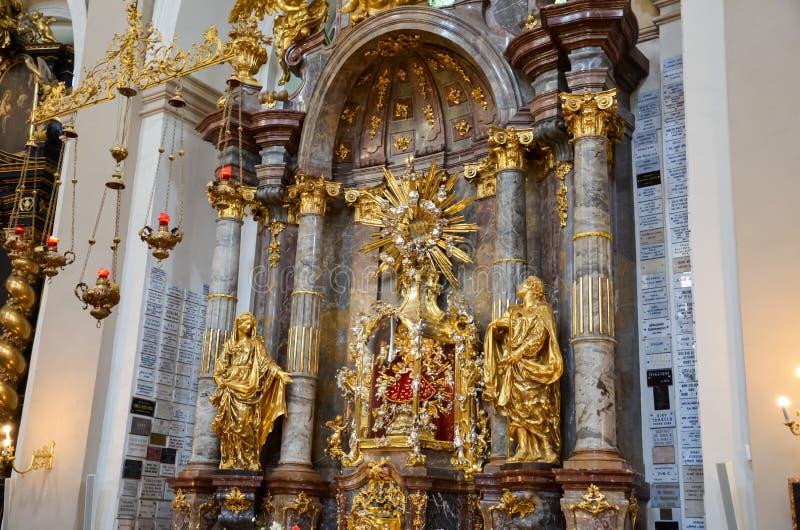布拉格,捷克- 2019年6月27日:布拉格的婴儿耶稣在我们的夫人Victorious赤脚卡默利特平纹薄呢教会里  ?? 库存图片