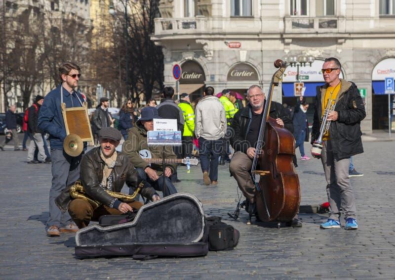布拉格,捷克- 2017年3月13日:弹奏为游人的音乐家四重唱乐器在街道上在布拉格 免版税图库摄影