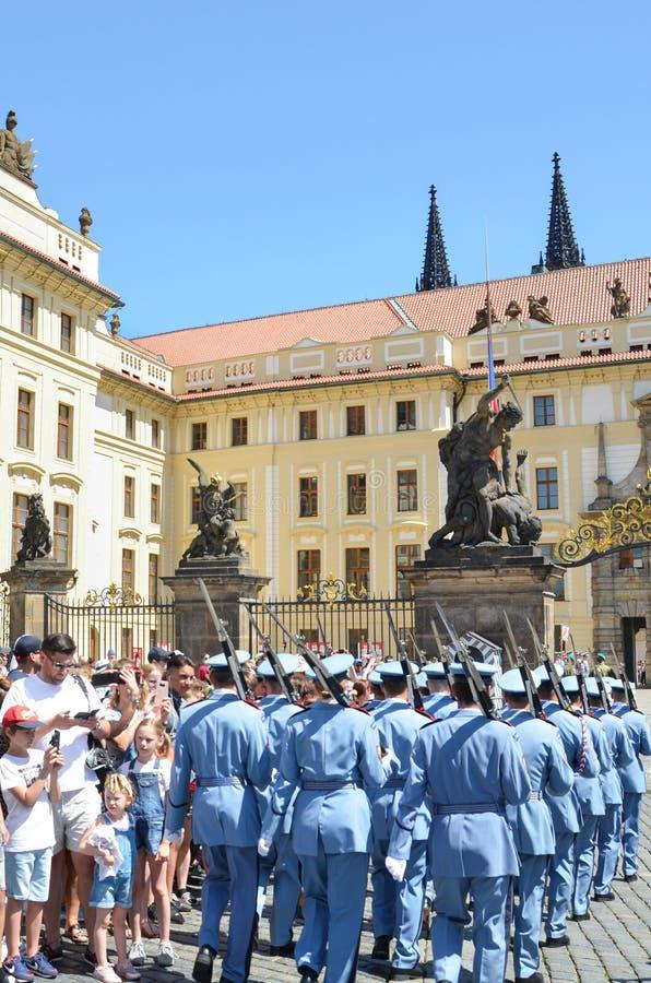 布拉格,捷克- 2019年6月27日:观看传统改变在布拉格城堡前面的仪仗队的游人 免版税库存照片