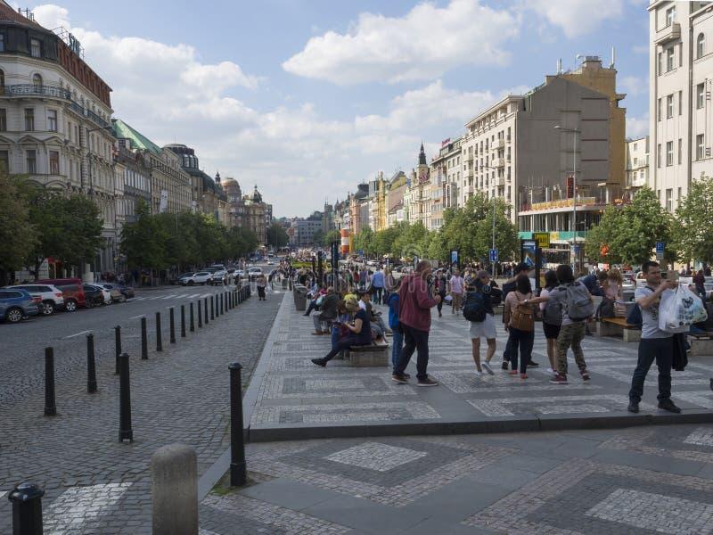 布拉格,捷克- 2019年5月18日:走在历史的布拉格瓦茨拉夫广场的小组旅游人民 免版税库存照片