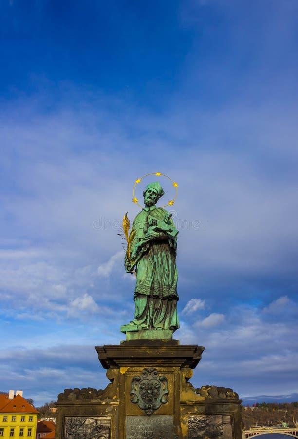 布拉格,捷克- 2017年12月31日:Nepomuk雕象的圣约翰在布拉格查尔斯桥梁的  库存图片