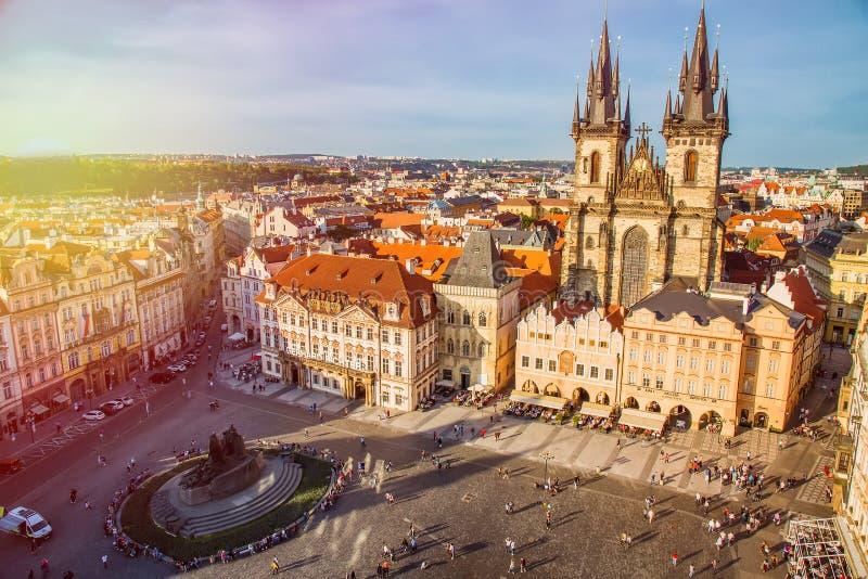 布拉格,捷克- 2017年5月:在老镇中心与Tyn教会的Staromestska Namesti的大厦在日落期间的布拉格, 免版税库存照片