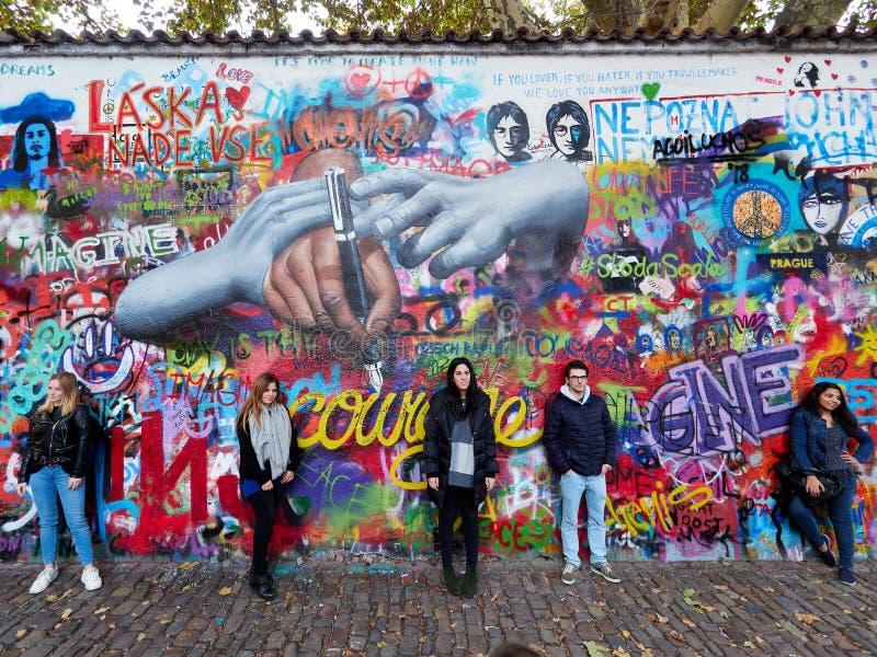 布拉格,捷克- 2018 10月31日,游人在约翰・列侬墙壁前面摆在 免版税库存图片