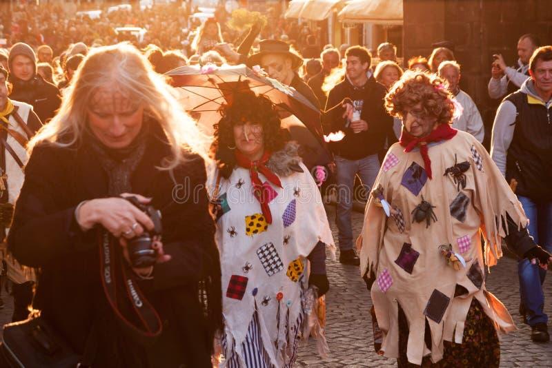 布拉格,捷克- 2017年4月30日:在布拉格街道的被打扮的游行巫婆灼烧的夜` carodejnice `的 免版税库存照片