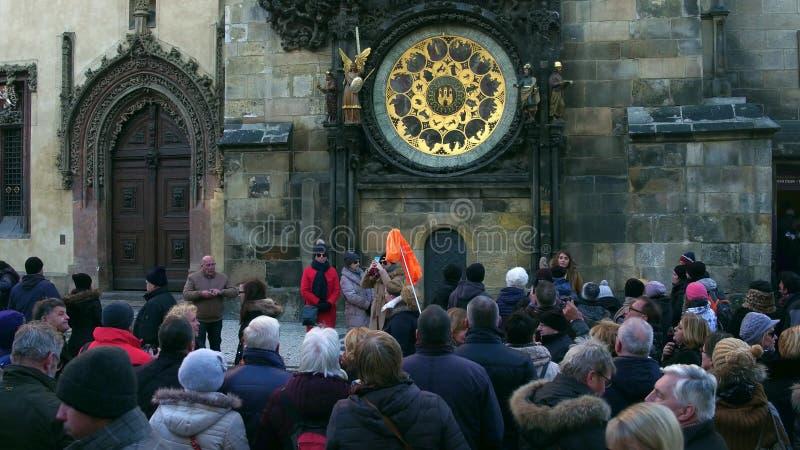 布拉格,捷克- 2016年12月3日 在地方地标天文学时钟附近的拥挤老镇中心 免版税图库摄影