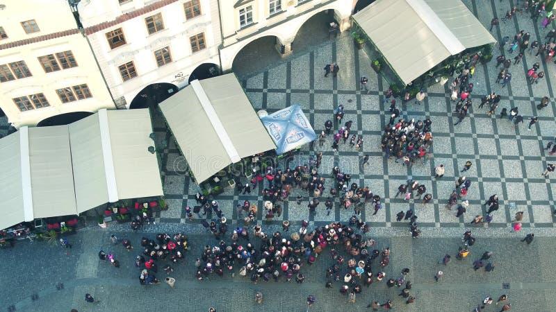 布拉格,捷克- 2016年12月3日 游人顶面射击老镇中心的 古老欧洲城市街道视图 库存图片
