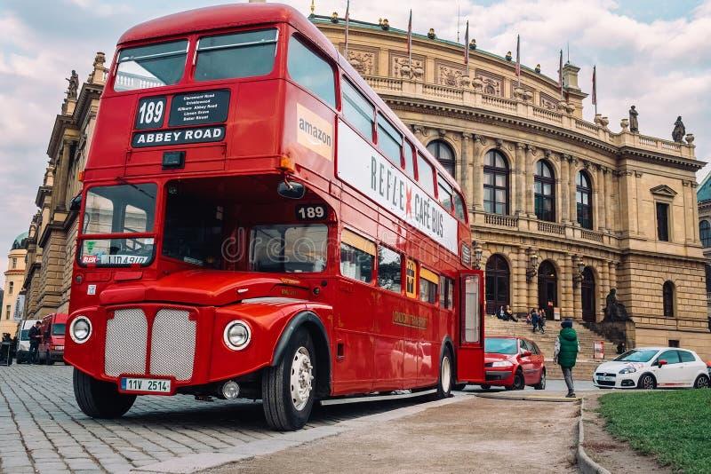 布拉格,捷克- 10月15 :著名伦敦红色公共汽车AEC Routemaster作为在捷克爱乐乐团附近的一辆咖啡馆公共汽车10月1日 库存图片
