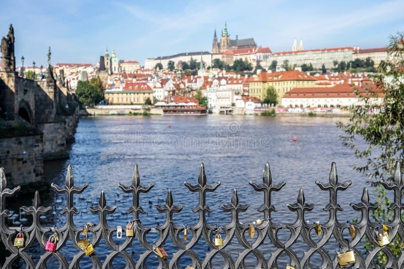 布拉格,捷克REPUBLIC/EUROPE - 9月24日:在r的挂锁 库存图片