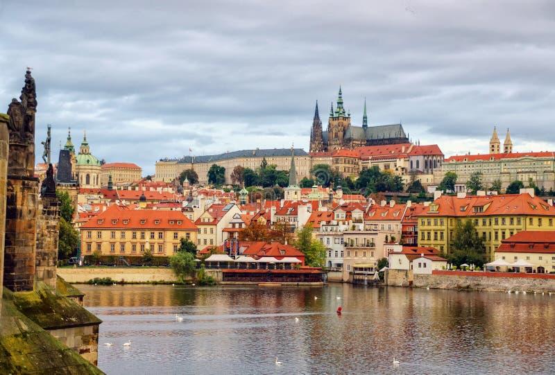 布拉格,波希米亚,捷克 Hradcany是与教会、教堂、大厅和塔的普拉哈城堡从每期间的它 库存照片