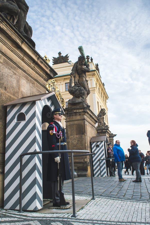 布拉格,波希米亚/捷克- 2017年11月:在岗位的一支仪仗队在总统府入口在布拉格 免版税库存图片