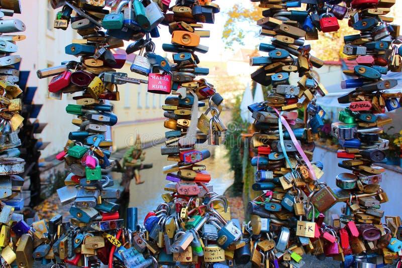 布拉格, 2012年10月 数百在桥梁篱芭的爱锁 免版税库存图片