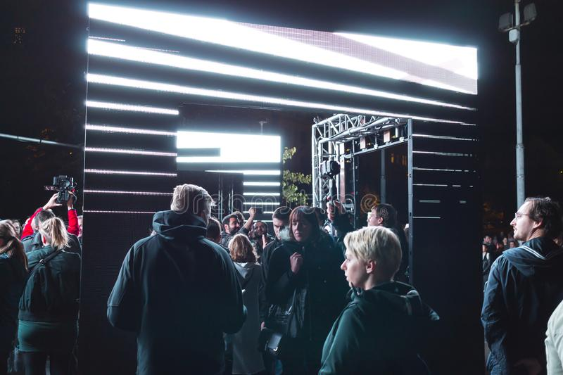 布拉格, CZ - 2017年10月12日:公理的人们由成套工具韦伯斯特点燃设施在布拉格信号灯节日2017年 免版税库存照片