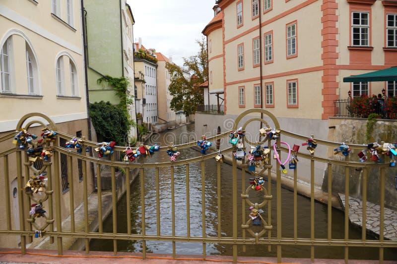 布拉格 在Certovka运河的一座桥梁有被紧固的挂锁的 库存图片