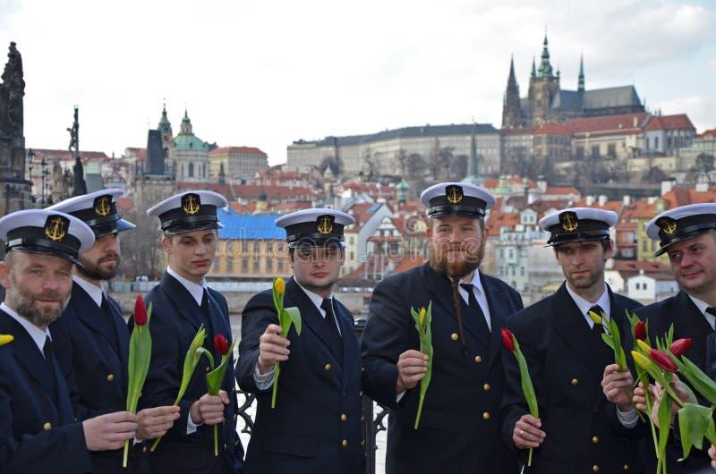 布拉格- 2月23 :一个小组河伏尔塔瓦河河岸的水手 免版税库存图片