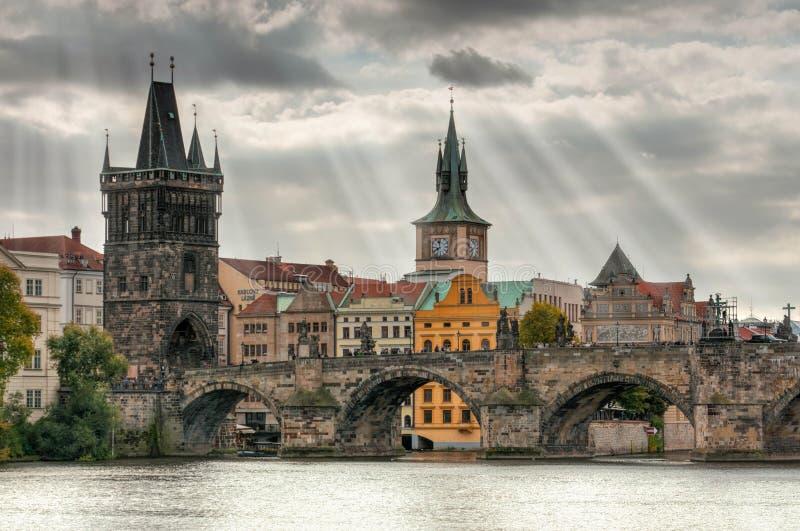 布拉格-查尔斯桥梁,捷克 伏尔塔瓦河河风景看法  免版税图库摄影