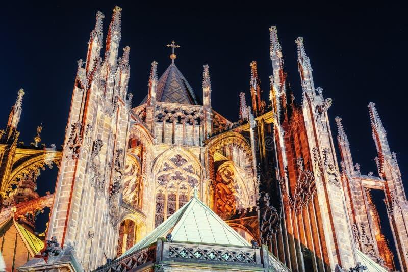 布拉格 St Vitus大教堂 海湾桥梁加州弗朗西斯科晚上圣时间 库存照片